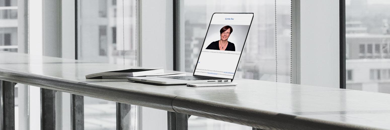 """Laptop mit Video-Ansicht für die Seite """"online-Seminare"""" von Rechtsanwältin Maria Lück aus Hemmingen bei Hannover"""
